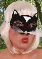 Kattenmasker luxe zwart met goud en wit accenten, smal model met witte snorharen OP=OP